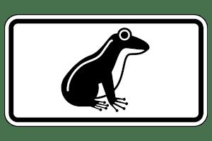 Krötenwanderung: Per Schild wird auf die Tiere hingewiesen.