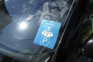 Auf einem Kurzzeitparkplatz benötigen Sie eine Parkscheibe oder einen Parkschein.