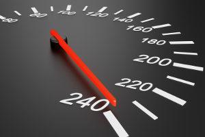 Mit einem Lasermessgerät kann die Geschwindigkeit gemessen werden.