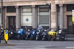 Ein Leichtkraftrad-Kennzeichen darf nicht an einem Motorrad verwendet werden.