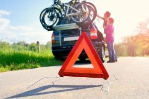 Sie dürfen entgegenkommende Fahrzeuge per Lichthupe vor einer nahenden Gefahrenstelle warnen.