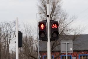 Eine Lichtzeichenanlage kann den Verkehr auch für Fahrradfahrer und Fußgänger regeln.