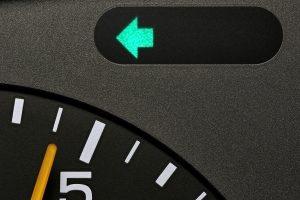 Nach rechts oder links abbiegen mit dem Auto: Denken Sie an den Blinker!