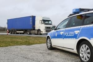Wird das Lkw-Fahrverbot in Deutschland am Samstag nicht eingehalten, kann ein Bußgeld drohen.