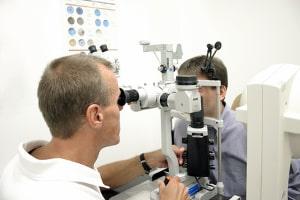 Lkw-Führerschein verlängern: Eine Untersuchung des Sehvermögens ist Pflicht.