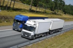 Grundsätzlich gilt für Lkw eine Höchstgeschwindigkeit von 80 km/h auf der Autobahn.