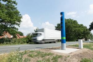Die Lkw-Höchstgeschwindigkeit auf der Landstraße soll das Unfallrisiko verringern.