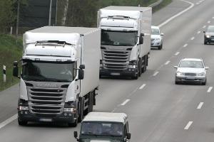 Auch Lkw müssen einen Mindestabstand auf der Autobahn einhalten, um Bußgeld und Punkte zu vermeiden.