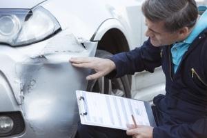 Ein Gutachter kann manipulierte Verkehrsunfälle aufdecken.