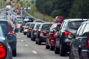 Zu einer Massenkarambolage auf einer Autobahn kann es kommen, wenn das Stauende übersehen wird.