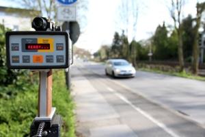 Ein Messgerät für die Geschwindigkeit hilft der Polizei bei der Feststellung von Geschwindigkeitsüberschreitungen.