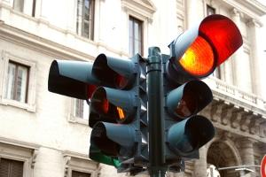 Was droht bei Missachtung? Wird das Rotlicht der Lichtzeichenanlage ignoriert, kann ein Bußgeld die Folge sein.