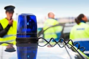Mit Blaulicht am Auto fahren: Ob Strafe oder Bußgeld folgen, hängt von den genauen Umständen ab.
