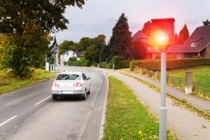 Stationärer und mobiler Blitzer: Die Toleranz kann je nach Messverfahren unterschiedlich ausfallen.