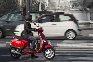 In der Fahrschule lernen Sie, wie Sie richtig mit dem Motoroller fahren.