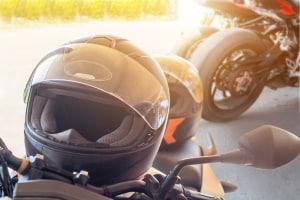 Fahrer können auf dem Motorrad von der Helmpflicht befreit werden, wenn bestimmte Gründe vorliegen.