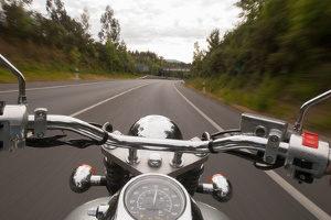 Sind Sie mit dem Motorrad im Regen unterwegs, achten Sie auf rutschige Stellen.