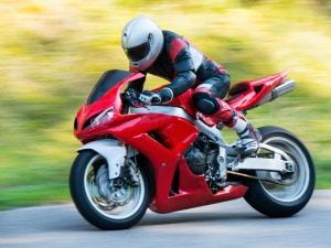 Sind Sie auf dem Motorrad ohne Helm unterwegs? Eine Strafe droht zwar nicht, jedoch aber Verwarn- und Bußgelder.