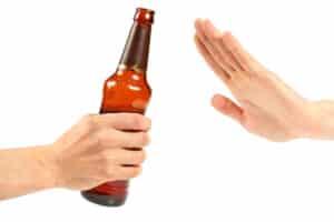 Abstinent oder kontrolliertes Trinken? Bei der MPU werden auch Fragen zum Alkohol- und Drogenkonsum gestellt.