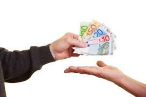 Notwegerecht: Ihrem Nachbarn steht eine Entschädigung in Form einer Geldrente zu.