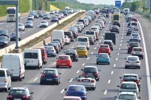 Kommt in Österreich der Verkehr auf der Autobahn zum Stocken, muss eine Rettungsgasse gebildet werden.