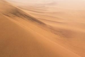 Offroad-Unfall: Rutscht der Sand unter dem Wagen weg, kann ein Überschlag drohen.