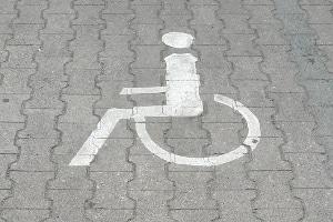 Auf einem speziell dafür vorgesehenen Behindertenparkplatz darf mit einem orangenen Parkausweis nicht geparkt werden.