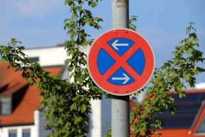 Halten und Parken im absoluten Halteverbot zählt als Ordnungswidrigkeit.