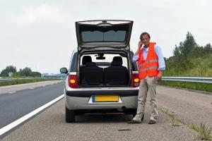 Rufen Sie die Pannenhilfe erst, wenn Sie Ihr liegengebliebenes Fahrzeug gesichert haben.