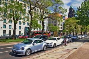 Was ist beim Parken an einer T-Kreuzung zu beachten?