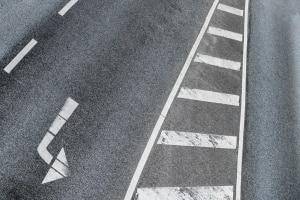 Das Parken auf einer Sperrfläche ist gemäß StVO verboten.
