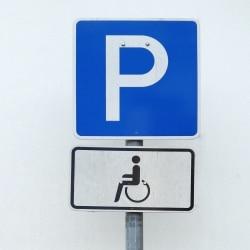 Auf Behindertenparkplätzen ist das Parken nur für Schwerbehinderte mit einem Behindertenparkausweis erlaubt.