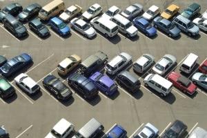 Sie haben ein parkendes Auto angefahren? Um wegen Fahrerflucht eine Strafe zu vermeiden, warten Sie lieber.