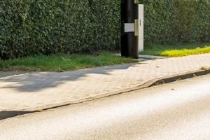 Auch ohne ein Parkverbotsschild dürfen Sie Ihr Fahrzeug nicht vor einem abgesenkten Bordstein abstellen.