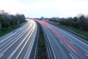 Zu den Pflichtstunden für den Führerschein zählt die Autobahnfahrt.