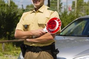 Was darf die Polizei bei einer Verkehrskontrolle alles von Ihnen verlangen?