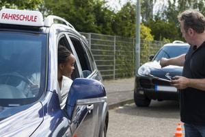 Durch praktische Fahrstunden können Sie Ängste vor dem Autofahren abbauen.