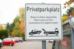 Ein Privatparkplatz wird per Schild ausgewiesen.