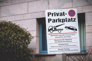Es droht eine Vertragsstrafe, wenn Sie sich nicht an die Regelungen auf einem Privatparkplatz halten.