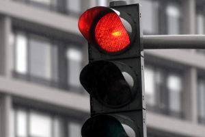 Ein Rotlichtverstoß hat eine Probezeitverlängerung zur Folge.