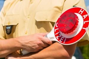 Provozierter Unfall: Vermuten Sie einen Versicherungsbetrug, sollten Sie die Polizei zur Unfallstelle rufen. Dies ist Ihr Recht.
