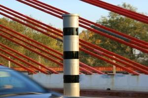 Radarkontrolle auf der Autobahn: Die Geschwindigkeit wird mittels Radar gemessen.