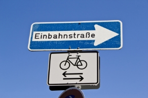 Rechts vor links: Achten Sie darauf, ob aus der Einbahnstraße Radfahrer in entgegengesetzter Fahrtrichtung herauskommen!