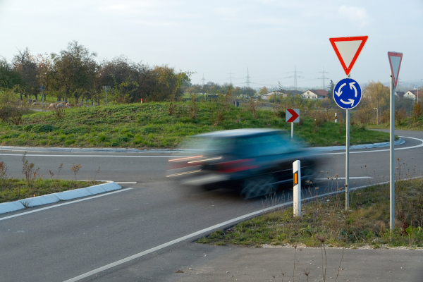 Rechts vor links gilt vor einem Kreisverkehr nicht, wenn dort die die VZ 215 und 205 stehen. Einfahrende Fahrzeuge müssen hier den Kfz, die sich schon im Kreisverkehr befinden, Vorfahrt gewähren.