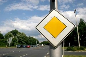 Vorfahrtsregelung rechts vor links: Solange kein Schild und keine Ampel die Vorfahrt in einem bestimmten Bereich regeln, gilt hier üblicherweise die Rechts-vor-links-Regelung laut StVO.