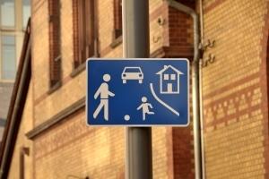 """""""Rechts vor links"""" muss auch in einer Spielstraße beachtet werden."""