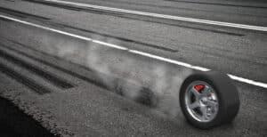 240 km/h oder 270 km/h? Nicht nur für das Auto: Auch für Reifen gilt eine Höchstgeschwindigkeit.