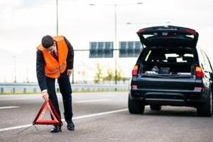Besonders wichtig bei der Reifenpanne auf der Autobahn: Sichern Sie das Fahrzeug ab!