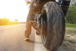 Reifenpanne mit dem Motorrad: Wo kein Platz für Ersatzreifen ist, kann ein Reifenpannenset mit Dichtungsmittel helfen.