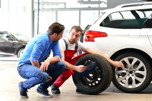 Weder Ersatzrad noch Reifenpannenset sind hierzulande Pflicht. Eines von beidem sollten Sie jedoch sicherheitshalber dabei haben.
